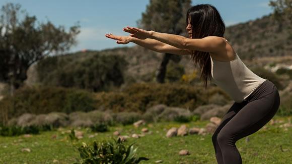 Τονώστε τους Γλουτούς σας με 10′ Λεπτά Ειδικών Ασκήσεων Γιόγκα