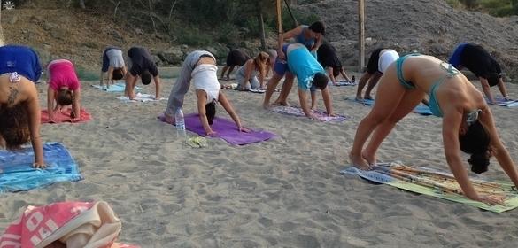 10 Λόγοι για να Δοκιμάσεις Beach Yoga στην Αίγινα