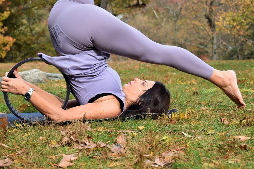 yoga wheel Halasana