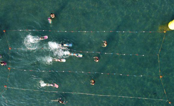 25οι Κολυμβητικοί Αγώνες Επίδειξης σε μια πλωτή Πισίνα στην Αίγινα